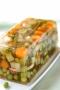 Petits légumes printaniers en gelée